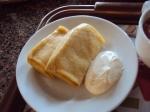 Mesmo que Syrnyky, também com queijo cottage, podem ter frutas cristalizadas no meio