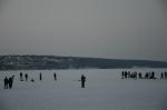 Muitas pessoas brincando no lago